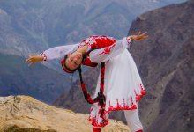 Photo of Американка, исполняющая таджикские танцы, рассказала о творчестве, науке и карантине в США